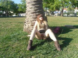 putita-exhibixionista-mostrando-su-conchita-en-el-parque-15