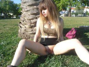 putita-exhibixionista-mostrando-su-conchita-en-el-parque-16