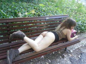 putita-exhibixionista-mostrando-su-conchita-en-el-parque-8